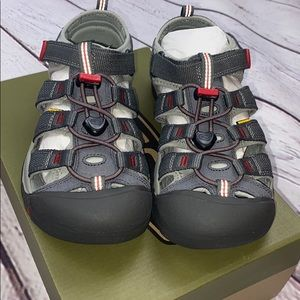 New in box kids Keens sandals size 5 gray/red